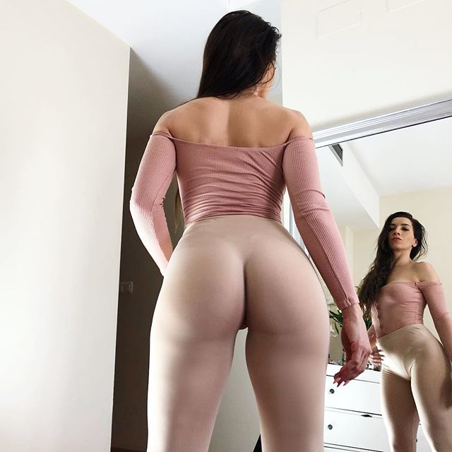 Neiva Mara in leggings
